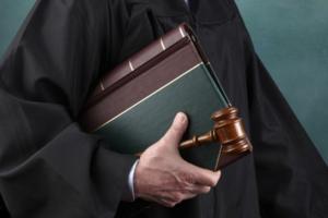 Наличие фактической заинтересованности - повод для отстранения от дела должностного лица