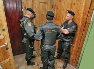 Незаконное проникновение в жилище группой лиц